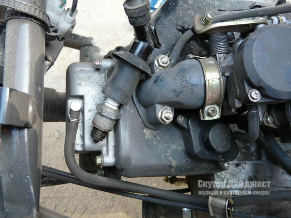 Прокручивая двигатель электростартером, выявляем наличие искры